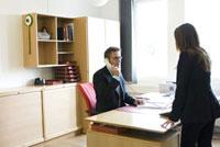 女性と電話を掛ける男性