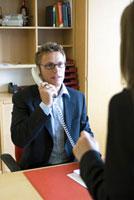 女性と電話を掛ける男性 21005000736| 写真素材・ストックフォト・画像・イラスト素材|アマナイメージズ