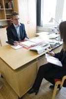 オフィスの女性と男性 21005000738| 写真素材・ストックフォト・画像・イラスト素材|アマナイメージズ