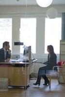 オフィスの女性と男性 21005000748| 写真素材・ストックフォト・画像・イラスト素材|アマナイメージズ