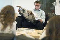新聞を読む男性 21005000759| 写真素材・ストックフォト・画像・イラスト素材|アマナイメージズ