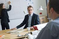 オフィスの女性と2人の男性 21005000771A| 写真素材・ストックフォト・画像・イラスト素材|アマナイメージズ