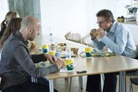 食事をする2人の男性と2人の女性