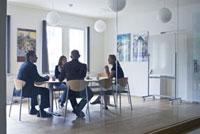 会議室の2人の男性と2人の女性