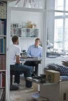 デザインオフィスの2人の男性