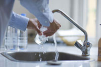 グラスを洗う女性の手元
