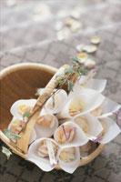 カゴの中の花びら 21006000156| 写真素材・ストックフォト・画像・イラスト素材|アマナイメージズ