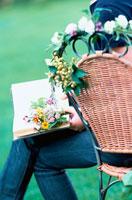 庭のイスの上で読書をする女性