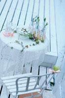 白いウッドデッキ 21006000252| 写真素材・ストックフォト・画像・イラスト素材|アマナイメージズ