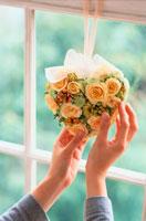 窓辺のハート型リースに触れる手 21006000259| 写真素材・ストックフォト・画像・イラスト素材|アマナイメージズ
