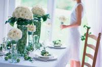 盛花のあるテーブル 21006000263| 写真素材・ストックフォト・画像・イラスト素材|アマナイメージズ