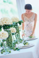 テーブルセッティングをする女性 21006000264| 写真素材・ストックフォト・画像・イラスト素材|アマナイメージズ