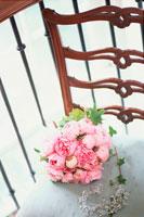 椅子の上のピンクの花のブーケ 21006000275| 写真素材・ストックフォト・画像・イラスト素材|アマナイメージズ