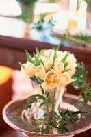 花瓶の白い花 21006000281| 写真素材・ストックフォト・画像・イラスト素材|アマナイメージズ