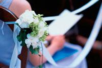 教会の椅子につけられた花とテープ