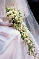 花嫁が持った白い花のブーケ