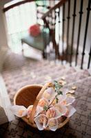 階段の上の籠 21006000286| 写真素材・ストックフォト・画像・イラスト素材|アマナイメージズ