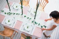 テーブルセッティングをする女性 21006000289| 写真素材・ストックフォト・画像・イラスト素材|アマナイメージズ
