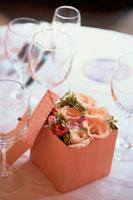 テーブルの上のグラスと箱に入った花 21006000304A| 写真素材・ストックフォト・画像・イラスト素材|アマナイメージズ