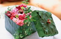 花びらをつめた葉で出来た箱