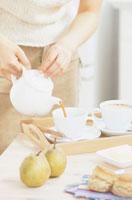 コーヒーを用意する女性