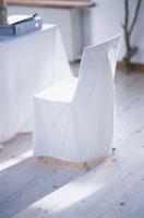 リビングの白いイス 21007000080| 写真素材・ストックフォト・画像・イラスト素材|アマナイメージズ