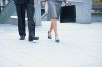 歩く男性と女性の足