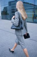 歩く外国人女性後ろ姿 21007000307| 写真素材・ストックフォト・画像・イラスト素材|アマナイメージズ