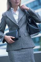 外国人女性が持った手帳と鞄 21007000308| 写真素材・ストックフォト・画像・イラスト素材|アマナイメージズ