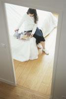雑誌をベッドに置く女性