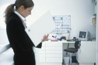 書類を見る外国人女性