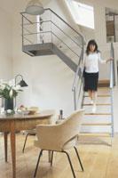 リビングの階段を下りる外国人女性