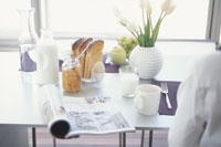朝食と雑誌を置いたテーブル
