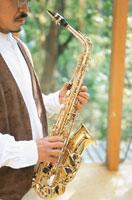 楽器を持つ男性