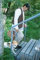 犬と男性 21007001141| 写真素材・ストックフォト・画像・イラスト素材|アマナイメージズ