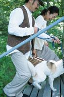犬と夫婦 21007001142A| 写真素材・ストックフォト・画像・イラスト素材|アマナイメージズ