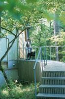 犬と男性 21007001145| 写真素材・ストックフォト・画像・イラスト素材|アマナイメージズ
