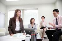 ミーティングをする外国人ビジネスマンと女性