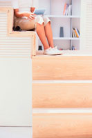 階段に座った少女