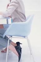 水色の椅子に座った女性