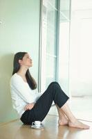 壁にもたれて座った女性