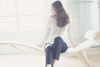 寝椅子に座った女性 21007003714| 写真素材・ストックフォト・画像・イラスト素材|アマナイメージズ