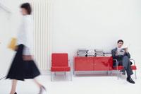 ビジネスマンと女性 21007003755| 写真素材・ストックフォト・画像・イラスト素材|アマナイメージズ