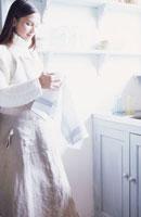 食器をクロスで拭く女性