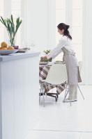 テーブルセッティングをする女性