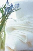 重ねておいた白いタオルとムスカリの花