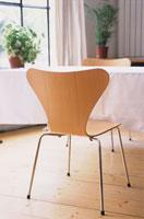 ダイニングテーブルの木製の椅子