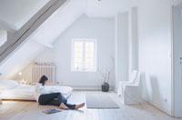 ベットルームの床に横たわった女性
