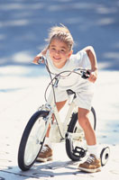 道で自転車に乗った少女
