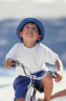 青い帽子を被った自転車の少年